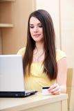 tillfällig lycklig online-shoppingkvinna Royaltyfri Fotografi