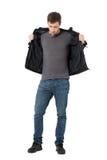 Tillfällig man i jeans som av tar läderomslaget som ner ser Royaltyfri Fotografi