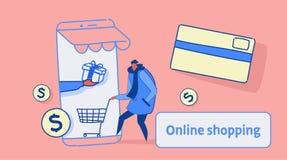 Tillfällig man som använder online-marknaden för mobil applikation som shoppar begreppskunden som rymmer skärmen för spårvagnkort royaltyfri illustrationer