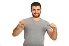 Tillfällig man som pekar till hans tomma tshirt Royaltyfria Bilder