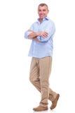 Tillfällig mellersta åldrig man med korsade armar Fotografering för Bildbyråer