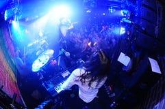 Tillfällig musikband som spelar levande show Royaltyfria Bilder