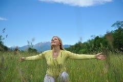 tillfällig nätt kvinna för fältgreen utomhus arkivbild