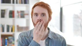 Tillfällig rödhårig manman i chock lager videofilmer