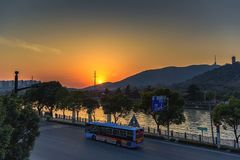 Tillfällig solnedgång i staden royaltyfri foto