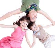 Tillfällig stående av en sund attraktiv familj arkivbild