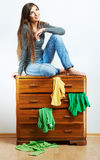 Tillfällig tonåringflickastående Härlig tillfällig stu för ung kvinna Royaltyfria Foton