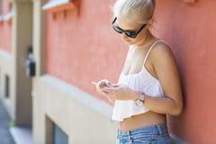 Tillfällig tonårs- flicka som använder smartphonen Arkivbilder