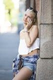 Tillfällig tonårs- flicka som talar i telefonen Fotografering för Bildbyråer