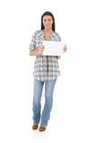 Tillfällig ung flicka som ler med ett blankt ark Arkivfoton