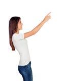 Tillfällig ung flicka som pekar något på sidan arkivfoton