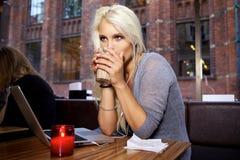 Tillfällig ung kvinna på cafen Fotografering för Bildbyråer