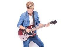 Tillfällig ung man som spelar hans elektriska gitarr Royaltyfria Bilder