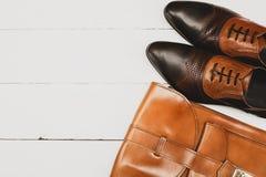 Tillfälliga dräkter för man` s med bruntskor och den bruna handväskan Royaltyfria Bilder
