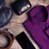 Tillfälliga mäns mode och dräkter på trätabellen, lekmanna- lägenhet, bästa sikt fyrkant royaltyfria bilder