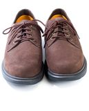 tillfälliga ojämna skor Arkivbild