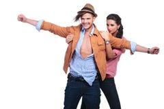 Tillfälliga par i den kolossala omvändningen poserar arkivfoton