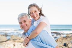 Tillfälliga par som har gyckel vid havet Arkivbild