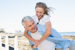 Tillfälliga par som har gyckel vid havet Royaltyfri Bild
