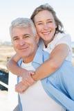 Tillfälliga par som har gyckel vid havet Royaltyfria Foton
