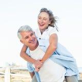 Tillfälliga par som har gyckel vid havet Arkivfoto