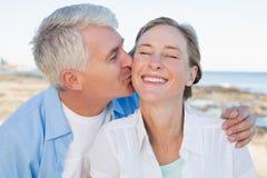 Tillfälliga par som har gyckel vid havet Royaltyfri Foto