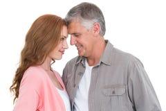 Tillfälliga par som kramar och ler Royaltyfria Foton