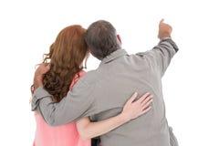 Tillfälliga par som pekar och ser Fotografering för Bildbyråer