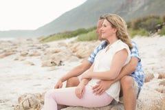 Tillfälliga par som ser till havet Royaltyfri Bild