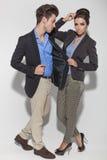 Tillfälliga par som tillsammans poserar på studiobakgrund Royaltyfria Bilder