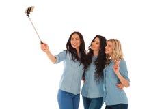 3 tillfälliga unga kvinnor som tar en selfie med deras telefon Royaltyfri Bild