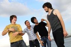 tillfälliga vänner grupperar manlign Arkivfoton