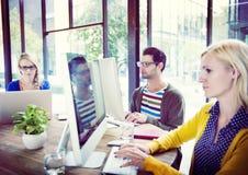 Tillfälligt affärsfolk som arbetar i kontoret royaltyfri fotografi