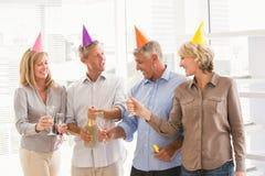 Tillfälligt affärsfolk som rostar och firar födelsedag Royaltyfri Foto