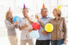 Tillfälligt affärsfolk som rostar och firar födelsedag Royaltyfri Bild