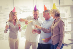 Tillfälligt affärsfolk som rostar och firar födelsedag Royaltyfria Foton