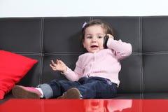 Tillfälligt behandla som ett barn ta en konversation med en mobiltelefon Arkivfoton