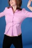 tillfälligt klädd sträckande kvinna Arkivfoto