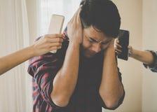 Tillfälligt manligt stressat ut från telefonringning Arkivbilder
