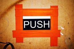 Tillfälligt orange PUSHdörrtecken Royaltyfri Bild