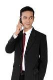 Tillfälligt posera av affärsman på telefonen, isolerat på vit arkivfoton
