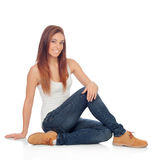 Tillfälligt sammanträde för ung kvinna på golvet royaltyfri fotografi