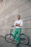 Tillfälligt stiligt Utomhus- skott för full längd av den stiliga unga mannen arkivfoton