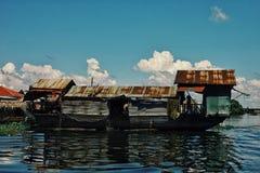 tillfälligt sväva fartyg som husbyggnad i mitt av den översvämmade sjön royaltyfria bilder