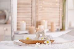 Tillförsel för massage på säng i modern brunnsortsalong royaltyfri bild