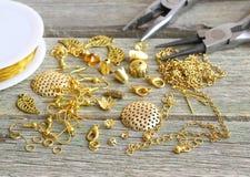 Tillförsel för smycken av guld Arkivbild
