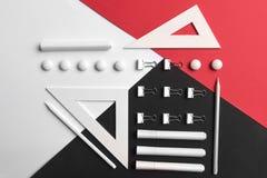 Tillförsel på den vita röda och svarta bakgrundstabellen Fotografering för Bildbyråer