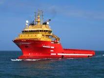 Tillförselskyttel som är kommande på havet royaltyfria foton
