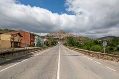 Tillfartsväg till en typisk bergby fotografering för bildbyråer