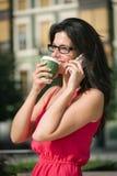 Tillfällig affärskvinna på kaffeavbrott Royaltyfria Bilder